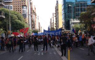 La columna de manifestantes avanzando por avenida Colón.