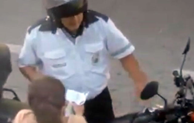 Un vecino filmó el momento en que el inspector recibía la coima.