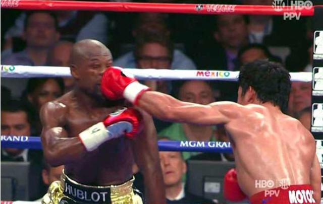 La mano de Pacquiao al mentón de Mayweather.