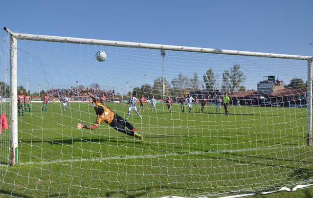 Barrionuevo marcó, de penal, los dos goles de Talleres.