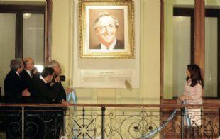 La Presidenta descubrió un cuadro de Néstor Kirchner en la Casa Rosada.