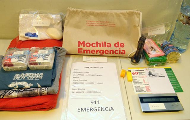 La mochila es para llevar distintos elementos ante una catástrofe natural.