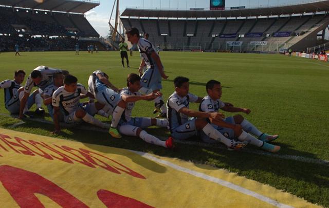 Los jugadores de Belgrano festejan ''remando''.
