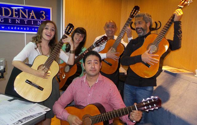 El equipo de Juntos tocando la guitarra