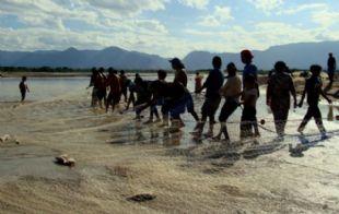 Los pescadores se meten en el río hasta la cintura (Foto: Proteger.org.ar)