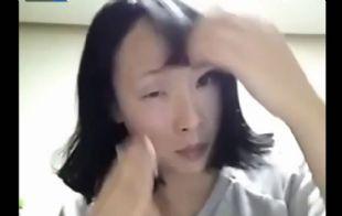 La joven logra un impactante contraste entre su rostro lavado y maquillado.