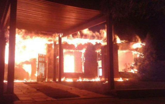 Esta es la casa del funcionario que incendiaron (Foto: @rebessm)