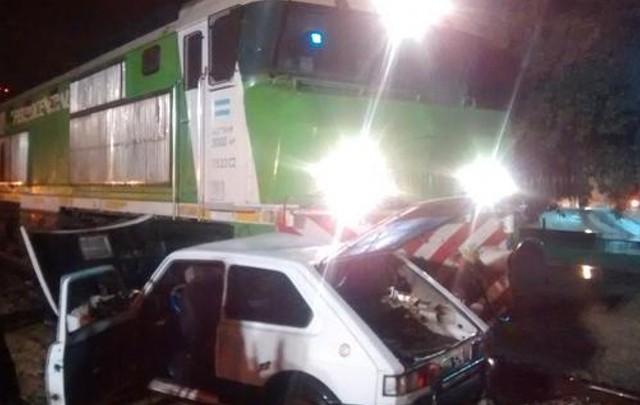 El tren colisionó contra un Fiat 147 en Villa María (Foto de Bomberos Voluntarios).