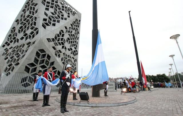 El izamiento de las banderas se produjo en la explanada del Centro Cívico.