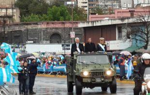 De la Sota junto a Mestre en el desfile frente al Centro Cívico.