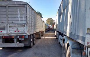 Sin agua y sin baño, los camioneros esperan que se destrabe el conflicto.
