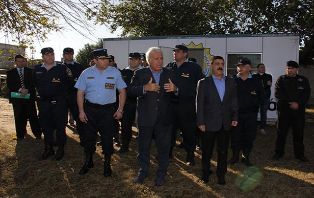 El gobernador inauguró dos de las 15 comisarías móviles.