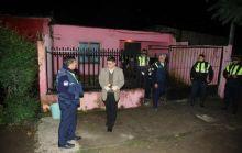 La Policía peritó la casa donde la mujer se prendió fuego (Foto: Osvaldo Ripoll).