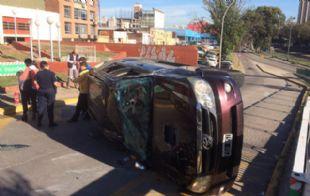 La camioneta volcó luego de ser impactada por el auto.