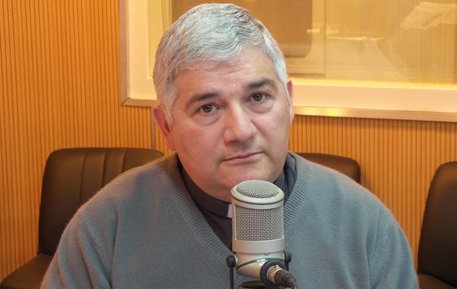 El padre Juan Sarmiento Gulle en su visita a los estudios de Cadena 3.