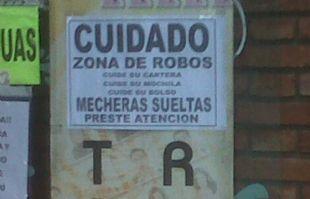 Comerciantes colocaron avisos en la vía pública.