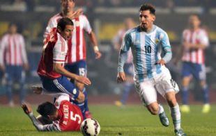 Messi deja en el camino a dos defensores de Paraguay.