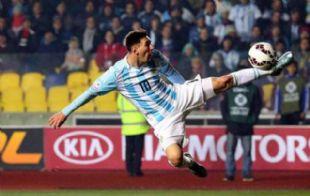 Messi, en una de las pinceladas de fútbol que dejó ante Paraguay.
