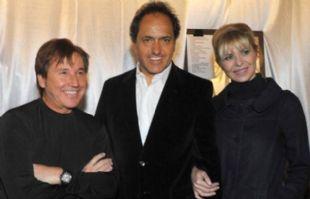 Ricardo Montaner junto a Daniel Scioli y Karina Rabolini