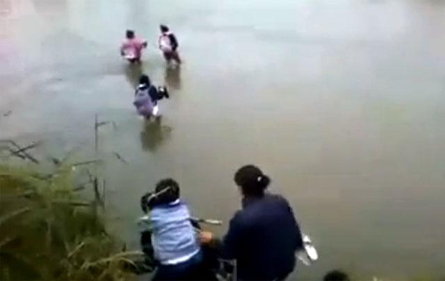 Niños tucumanos van a la escuela caminando cruzando el río