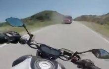 Un motociclista filmó su propio choque.