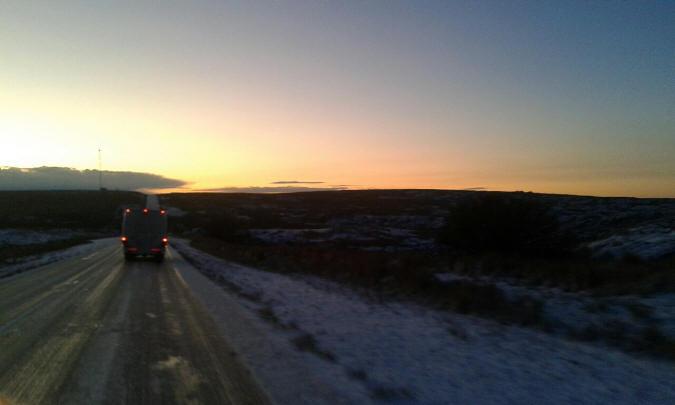 Los camiones pasaron para romper el hielo sobre la ruta.