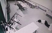 La mujer se desmayó luego que las mesas y sillas le tapen la salida.