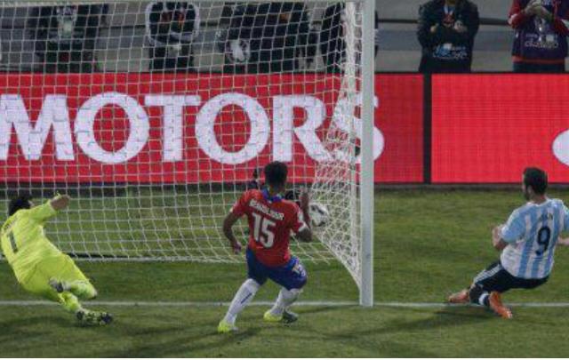 El Pipita se lo pierde cuando el partido terminaba.