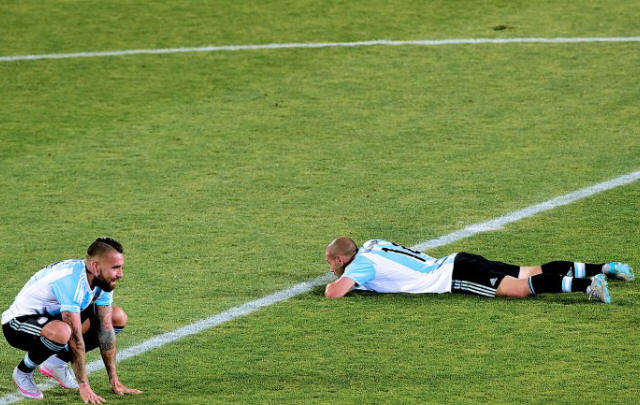 Otamendi y Mascherano sin consuelo en el medio del campo de juego.