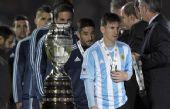 Messi recibe la medalla de subcampeón.