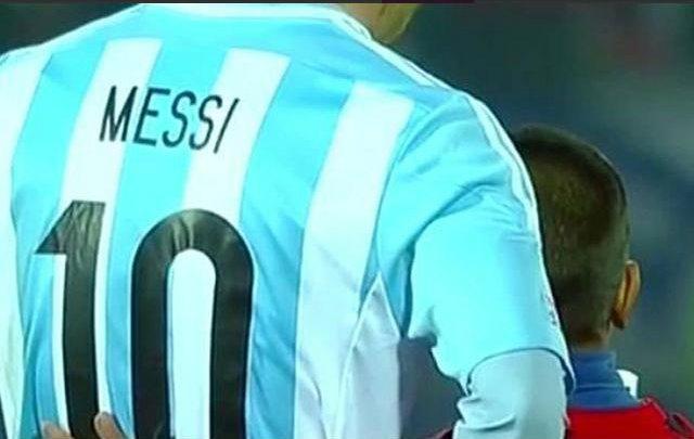 Un niño con la camiseta de Chile se sacó una selfie con Messi tras perder el partido.