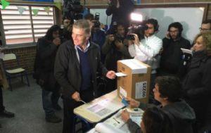 Aguad votó en la escuela Monjas Azules de barrio Jardín Espinoza.