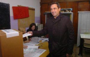 El intendente se presentó a votar en el colegio Juan Larrea.