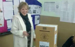 Liliana Olivero votó en medio de incidentes entre la prensa y la Policía.