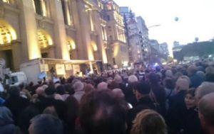 Los manifestantes se congregan frente a Tribunales (Foto: Eugenio Malaponte)