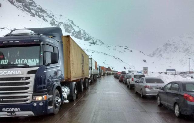 Hay más de 1.200 camiones varados en Mendoza.