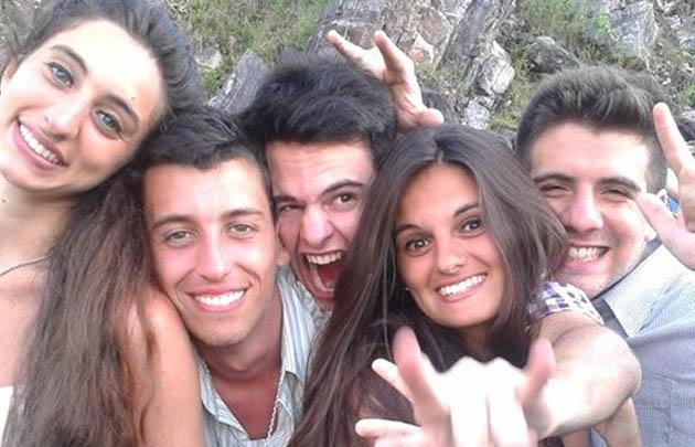 Denis (segundo desde la izq) junto a sus amigos.