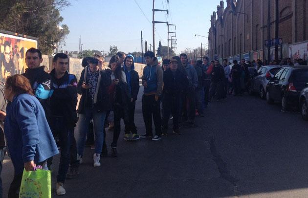 Ayer a la mañana, la fila de hinchas llegaba casi hasta la Costanera.