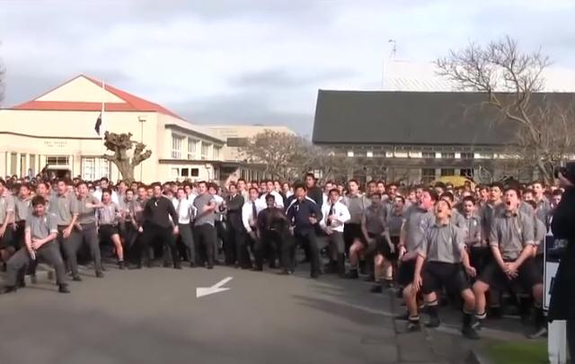 Decenas de estudiantes despidieron a un profesor con un emotivo ''haka''.