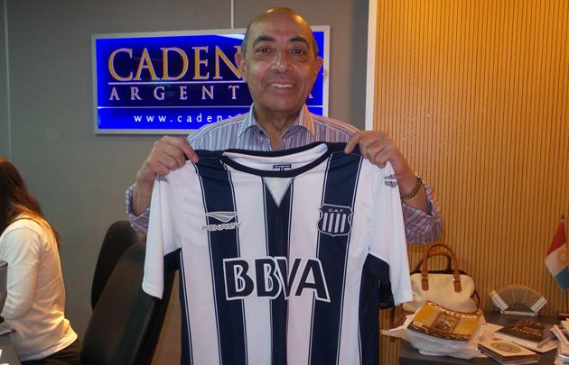Mario Pereyra con la nueva remera de Talleres.
