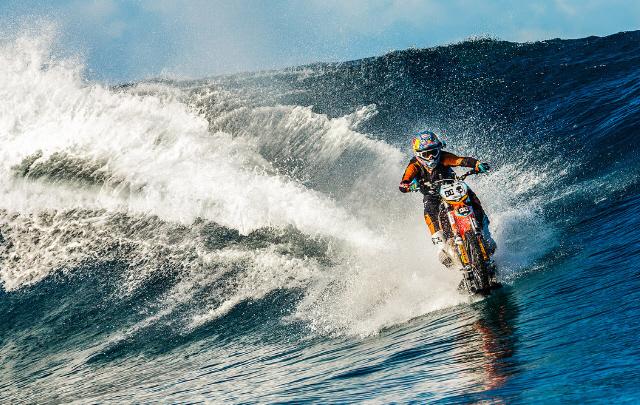 Un piloto de motocross surfeó una ola.