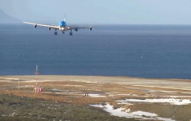 Así aterriza un avión de Aerolíneas con viento cruzado en Ushuaia.