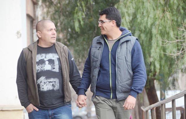 Adrián y Fabio adoptaron a tres adolescentes (Foto: La Mañana de Neuquén).
