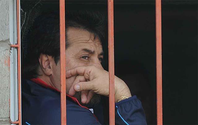 """""""No puede ser que tenga que ver el partido desde una ventanita enrejada"""", dijo el DT."""