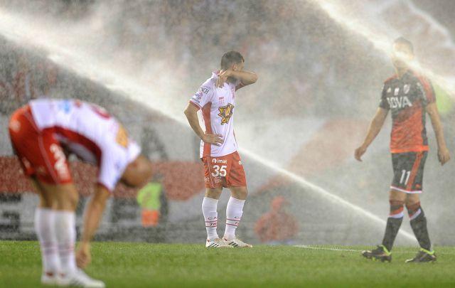 Los jugadores quedaron pasados por agua.