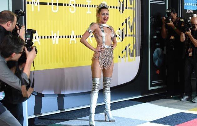 El look con el que Cyrus protagonizó un involuntario topless.