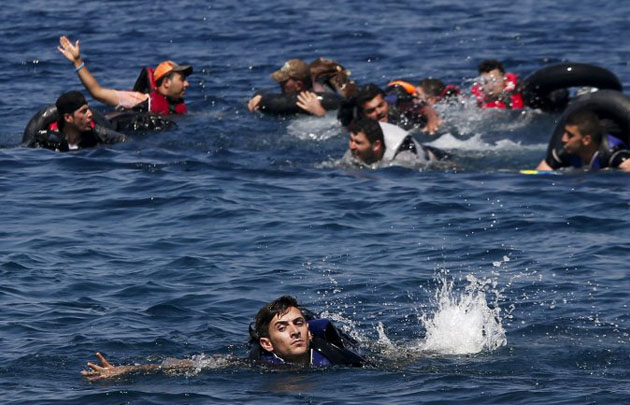 Un grupo de náufragos logró llegar a la costa a nado.