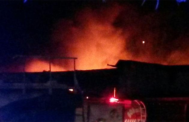 Las llamas devoran una fábrica de calzados.