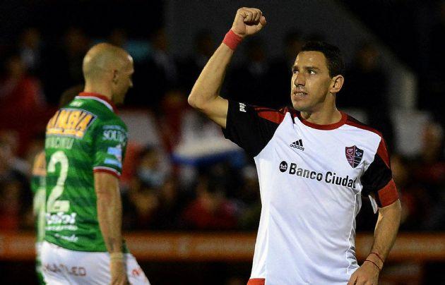 """La """"Fiera"""" Rodríguez marcó los dos goles para el triunfo de Newell's."""