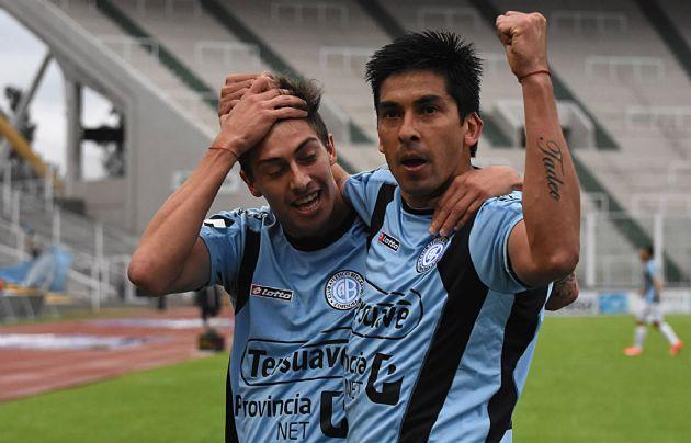 Jorge Velázquez marcó los dos goles de Belgrano.